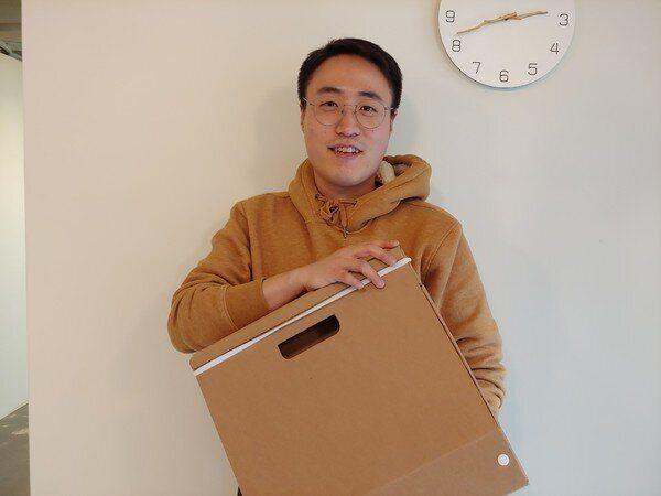 박대희 페이퍼팝 대표가 최근 출시한 종이가방을 들고 있다.
