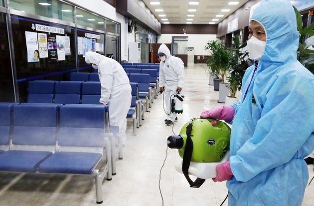 정부가 신종 코로나바이러스 감염증 관련 감염병 위기경보 단계를 '경계'로 상향 조정한 가운데 28일 오전 경기도 평택항 국제여객터미널에서 평택시 항만정책과 관계자들이 방역을 실시하고...