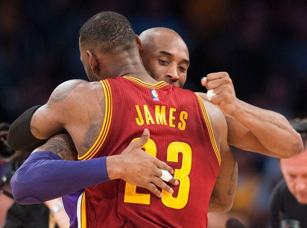 Kobe Bryant des Lakers accueille Lebron James avant le début de leur match au Staples