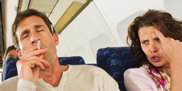 이 남자는 비행기 화장실에서 담배를 피웠다가 10년 가까이를 감옥에서 살게