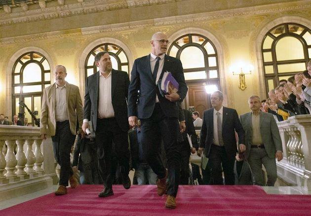 Los exconsellers Raül Romeva (derecha) y Oriol Junqueras, a su llegada al Parlament, este