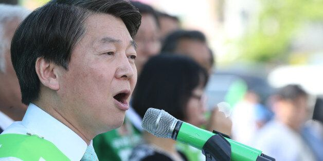 안철수 국민의당 대선 후보가 3일 오후 전북 익산시 익산역 광장에서 열린 지역 거점 유세에서 유권자들에게 지지를 호소하고