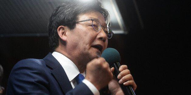 유승민 바른정당 대선후보가 3일 서울 CGV강남 앞에서 유권자들에게 지지를 호소 하고