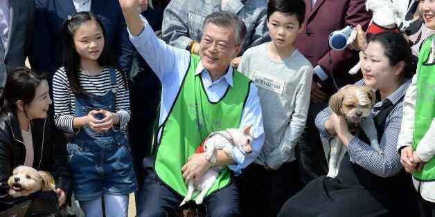 문재인 더불어민주당 대선후보가 15일 오후 서울 마포구 상암월드컵공원 반려견 놀이터에서 반려인들을 만나 반려동물 정책을 밝히며 시민들에게 인사를 하고