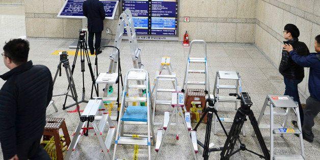 박근혜 전 대통령의 구속 전 피의자심문(영장실질심사)를 이틀 앞둔 28일 오후 서울 서초구 중앙지방법원에 이를 취재하기 위한 각 언론사의 사다리가 놓여져