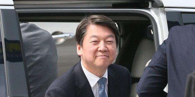 안철수 국민의당 대선 후보가 8일 서울 성동구 한양대학교 기상변화센터에서 열린 '환경이 안보다' 미세먼지 대책간담회에 참석하기 위해 차에서 내리고