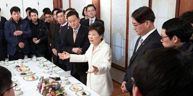 박근혜 대통령이 정유년 새해 첫날인 1일 오후 청와대 상춘재에서 출입기자단과 신년 인사회를 겸한 티타임을 갖고 참석자들의 질문에 답하고