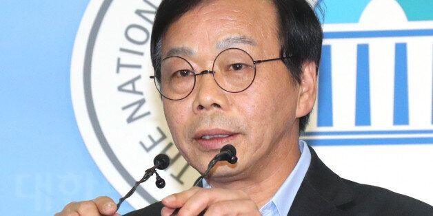 '최순실 국조특위' 청문회 사전모의 및 위증지시 의혹을 받는 새누리당 이완영 의원이 19일 오후 국회 정론관에서 기자회견을 열고