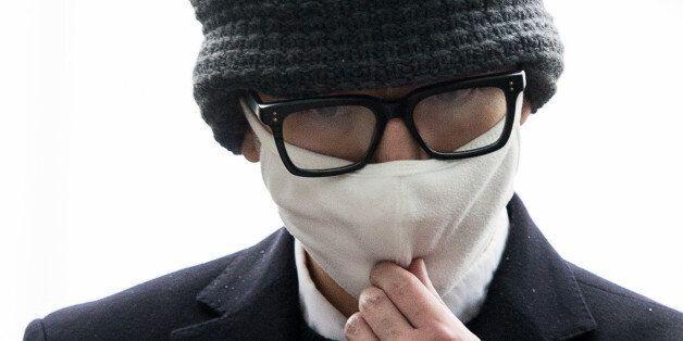 대한항공 기내에서 승객과 승무원을 폭행하는 등 난동을 부린 임모(34)씨가 26일 인천국제공항경찰대에 피의자 신분으로 출석하고
