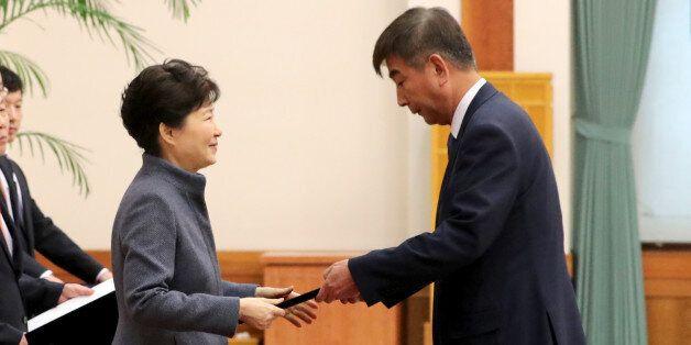 박근혜 대통령이 18일 오후 청와대에서 열린 신임 정무직 임명장 수여식에서 최재경 민정수석에게 임명장을 수여하고