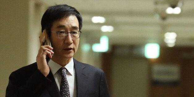 이준식 사회부총리 겸 교육부 장관이 27일 오후 서울 세종로 정부서울청사에 들어서며 통화하고