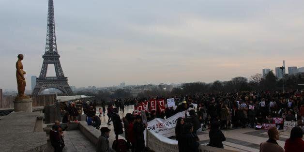 26일(현지시간) 프랑스 파리 에펠탑 부근 트로카데로 광장에서 교민들이 박근혜 대통령 퇴진을 촉구하는 집회를 열고