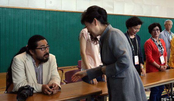 박근혜 대통령, 투표소 참관인에게 악수 거부당하다 (찬반