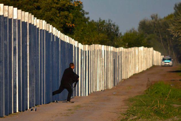 Μετανάστες διασχίζει...