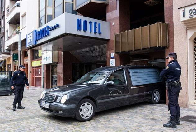 Un coche fúnebre sale del hotel de Logroño, La Rioja este lunes donde ha aparecido muerta una niña de...