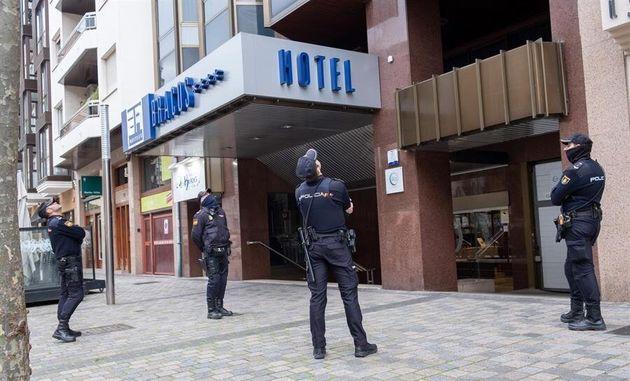 Varios policías observan el techo del hotel de Logroño, La Rioja este lunes donde ha aparecido muerta...