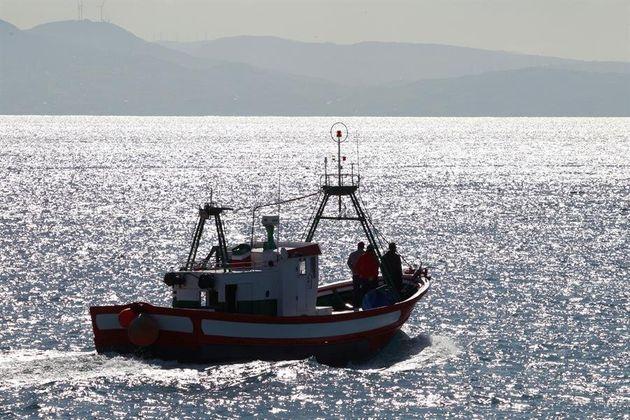 Un barco de pescadores sale del puerto de Tarifa (Cádiz) en busca de los tripulantes desaparecidos del...