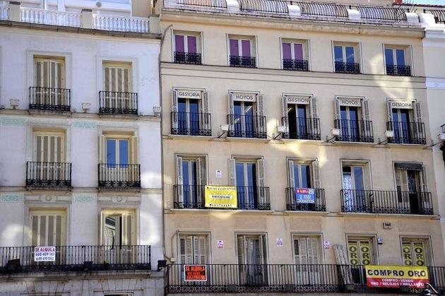 Fachada de un edificio de la capital en la que diferentes carteles de venta y alquiler de pisos. EFE/Luca
