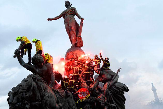 À Paris, heurts violents entre pompiers en grève et forces de
