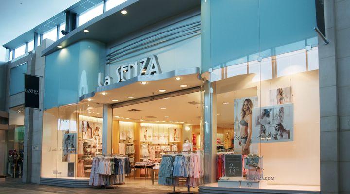 La boutique La Senza au Carrefour Laval, à Laval, au Québec.