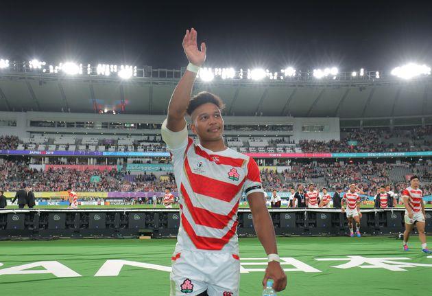 ラグビーW杯の準々決勝・日本-南アフリカ。試合後にファンに向けて手を振る日本代表の松島幸太朗選手
