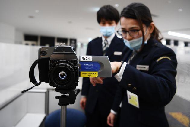 우한에서 온 승객들을 서모카메라로 지켜보는 나리타 공항 직원들. 2020. 1.