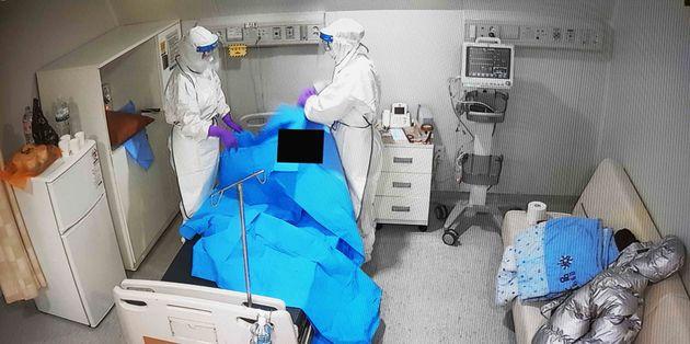 27일 경기도 덕양구 명지병원에서 보호복을 착용한 의료진들이 t신종 코로나바이러스 국내 세번째 확진자가 치료받는 병실을 정리하고