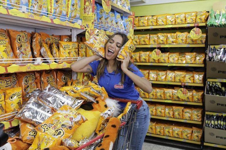 Anitta teve dia de promotora de vendas de Cheetos nesta semana em mercado de Madureira, na zona norte do Rio.