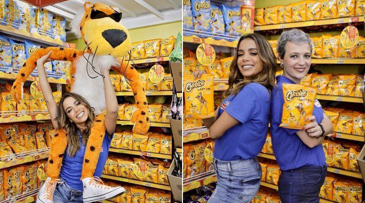 Anitta celebra parceria com Chester Cheetah (esq.) e com Daniela Cachich, da Pepsico (dir.).