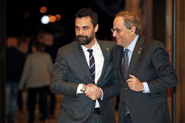 El presidente de la Generalitat, Quim Torra (d), y el presidente del Parlament, Roger Torrent (i), se...