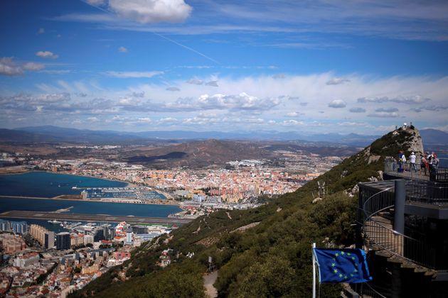 Vista general de La Línea y el aeropuerto de Gibraltar, desde lo alto del Peñón,...