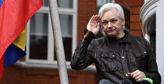 El fundador de Wikileaks Julian Assange mientras atiende a la prensa desde un balcón de la Embajada de...