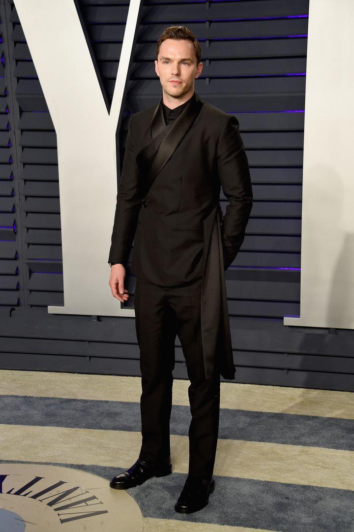 Nicholas Hoult en la fiesta de <i>Vanity Fair</i> posterior a los Oscar en 2019.