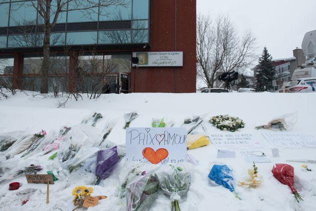 Plusieurs messages et des fleurs avaient été déposés devant leCentre...