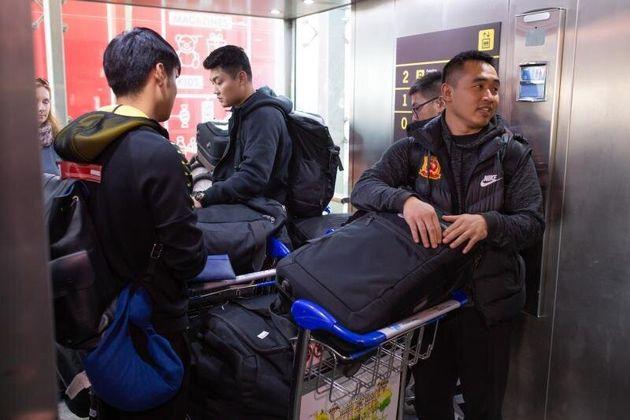 El equipo de fútbol de Wuhan llega al aeropuerto de