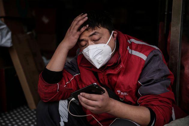 Un mensajero en Wuhan (China) el 29 de