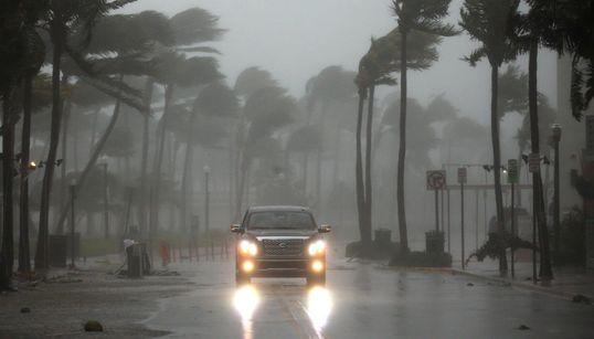 Στο «μάτι» του τυφώνα Ίρμα η Φλόριντα. Άνεμοι ταχύτητας έως και 215χιλ/ωρα, κύματα άνω