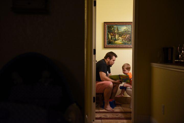 Une directive européenne octroie aux pères ressortissant de l'Union européenne 10 jours de congé paternité et un congé parental de 4 mois, dont 2 mois non-transférables.
