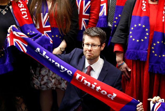 Las lágrimas socialdemócratas y la eurofobia de Farage marcan la ratificación del Brexit en la