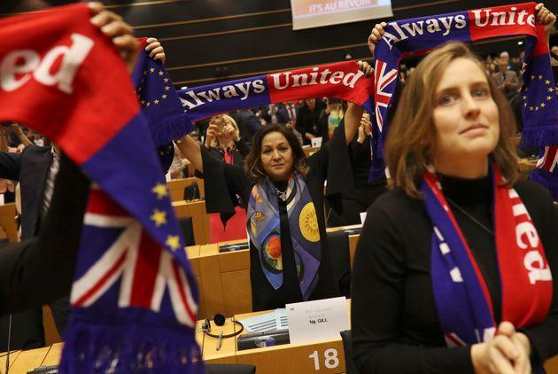 Brexit: Το Ευρωπαϊκό Κοινοβούλιο αποχαιρέτησε με δάκρυα τη Βρετανία από την
