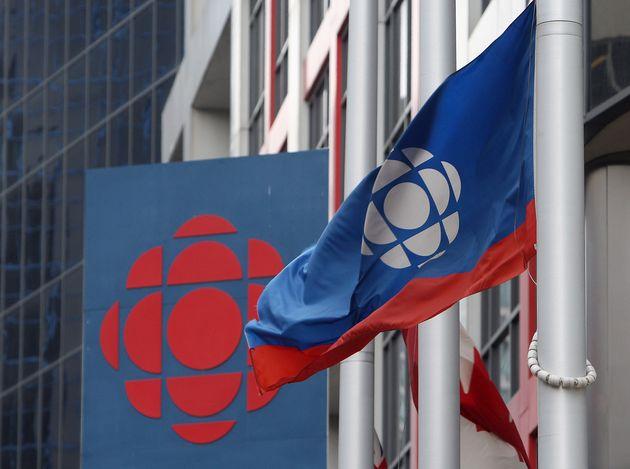 CBCのロゴは、2009年にトロントにあるカナダ放送センターの外にあります。公共放送局...