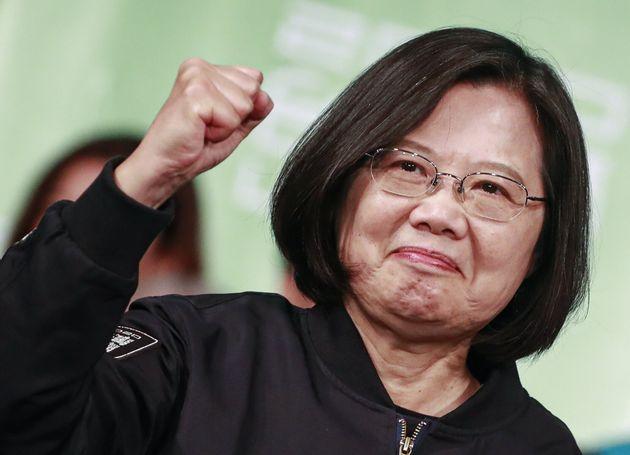 台湾総統選に勝利し、台北でガッツポーズを決める蔡英文総統。