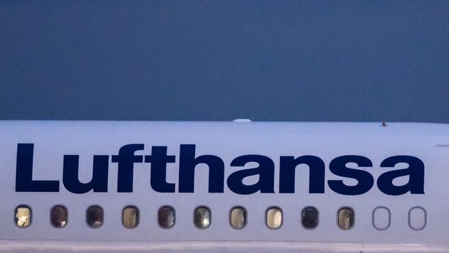 29 January 2020, Hessen, Frankfurt/Main: The logo of the airline Lufthansa on a passenger aircraft at...