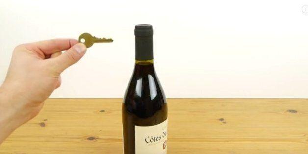 Το κόλπο για να ανοίξετε ένα μπουκάλι κρασί μόνο με το κλειδί