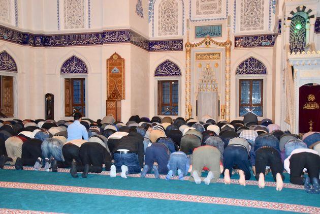 東京・代々木上原のモスク「東京ジャーミー」のラマダン初日の礼拝の様子。男性と女性は分かれて礼拝をする=2019年5月