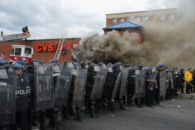 Εθνοφρουρά στους δρόμους της Βαλτιμόρη ενώ ο Ομπάμα παραδέχεται το πρόβλημα αλλά καταδικάζει τη