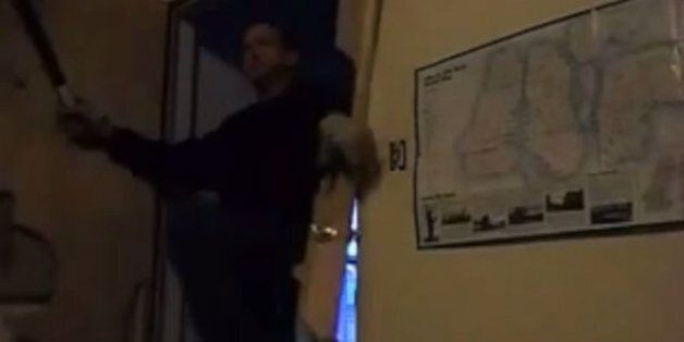 Μπήκε σε διαμέρισμα τεμαχίζοντας την πόρτα και ο ένοικος τον πυροβόλησε