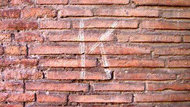 Τουρίστας χάραξε τα αρχικά του στο Κολοσσαίο!