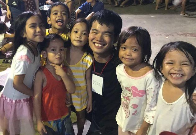 セブ島の子どもたちと松本一紀さん(右から3人目)