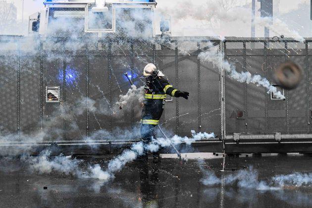 Αστυνομικοί χτυπούν άγρια πυροσβέστες διαδηλωτές στη Γαλλία - Δακρυγόνα, γκλοπ και αντλίες